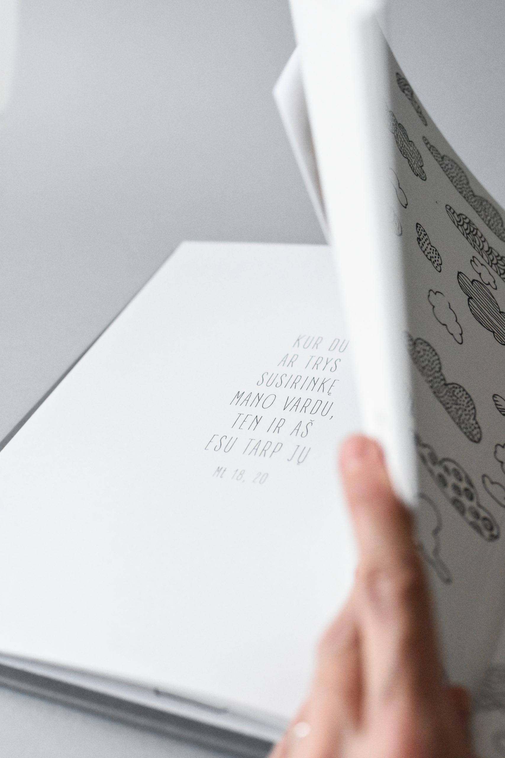 hug a book krikšto knyga avelė1
