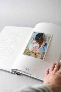 hug a book krikšto knyga avelė